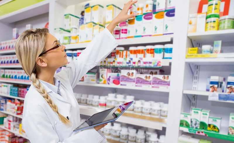 фармацевт проводит опись товара в аптеке