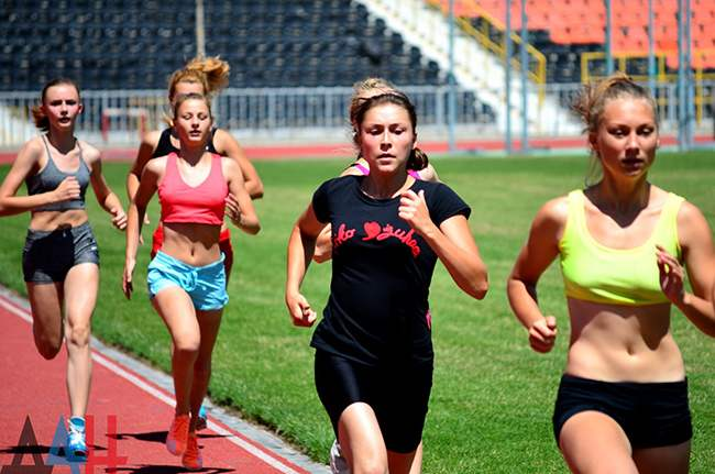 девушки бегут на стадионе