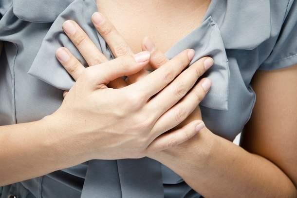 руки женщины на груди