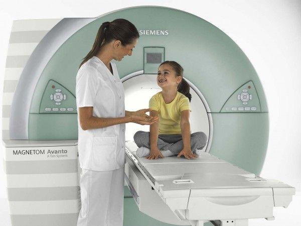девочка в кабинете МРТ