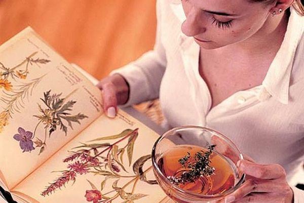 девушка пьет чаи и читает книгу