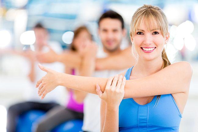группа людей занимается физкультурой