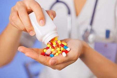 лекарства в руке