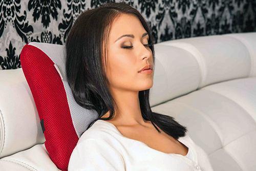 девушка лежит на массажной подушке