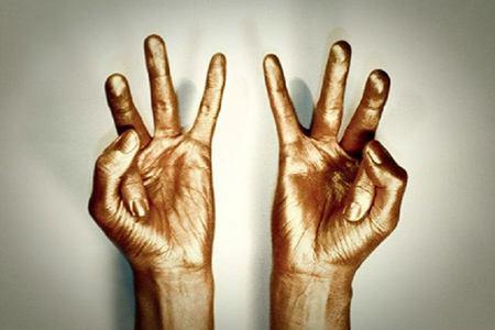 руки в золотой краске
