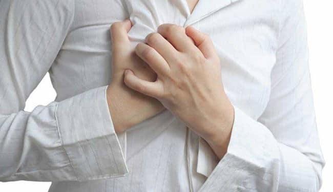 девушка прижала руки к грудной клетке