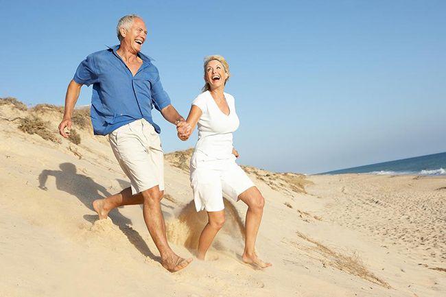 пара гуляет в пустынном месте