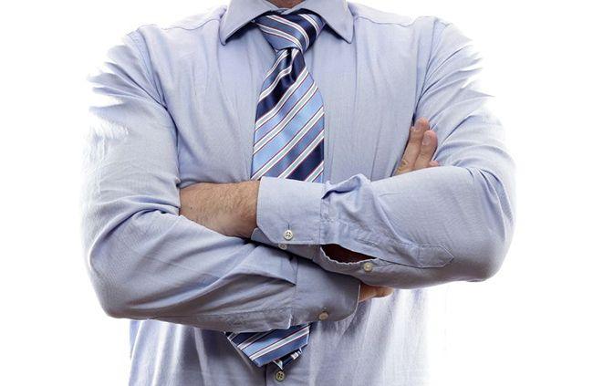 мужчина со скрещенными руками на груди