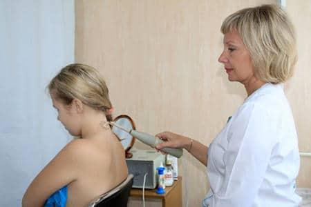 девочке делают процедуру на шее