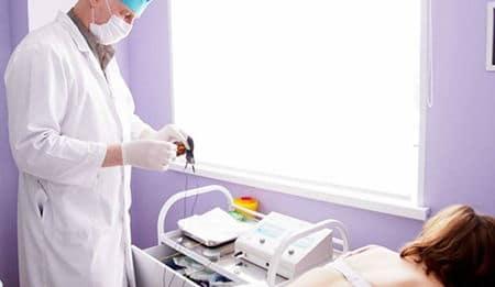 врач подготавливает аппарат для процедуры