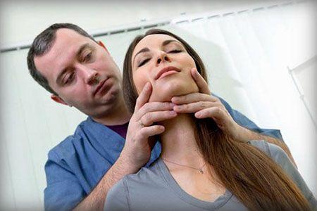 врач держится за шею пациентки
