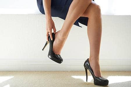 ноги женщины с высокими каблуками