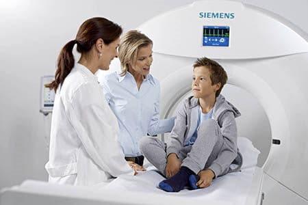 мальчик с врачами в кабинете компьютерной томографии