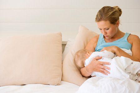 мама и ребенок на кровати