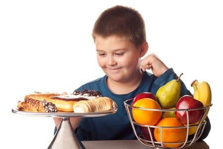 мальчик с тарелками еды