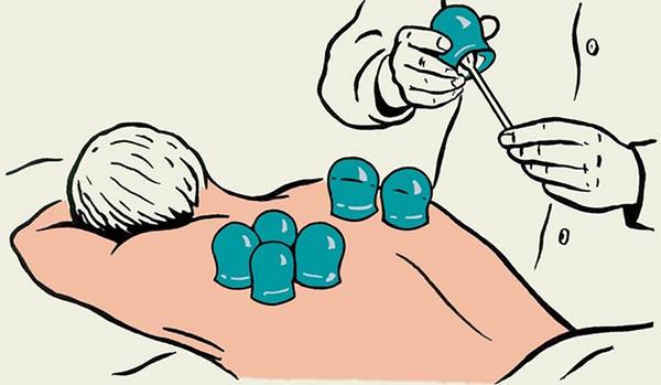 врач делает процедуру пациенту