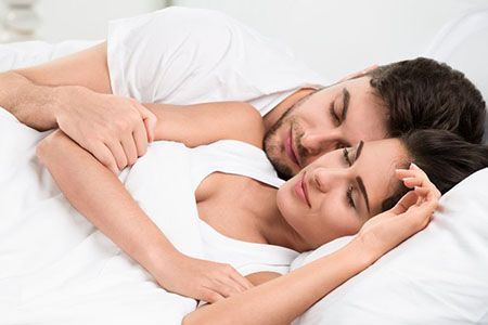 мужчина и женщина спят в кровати