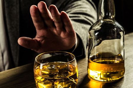 мужчина отказывается от алкоголя