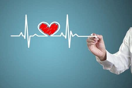 рука врача рисует сердце
