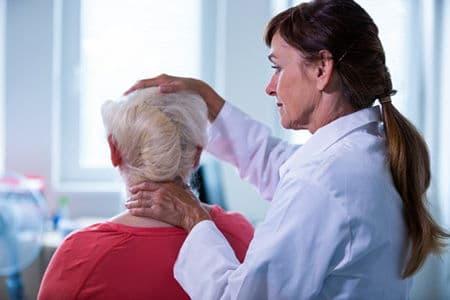 доктор осматривает голову женщины